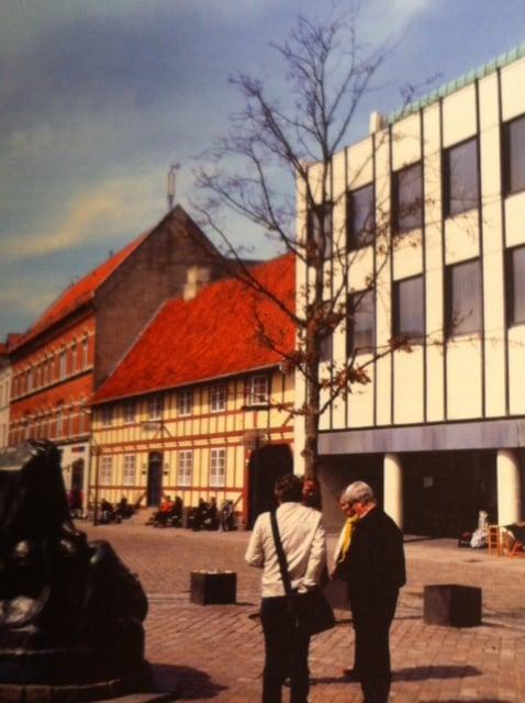 Pressebillede af Helge Torm fra 2013 - Torvet  i Faaborg. Læg mærke til sammenstødet imellem det gamle bindingsværkshus  og den moderne bygning ved siden af.