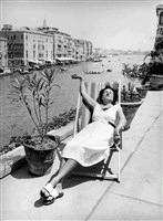 Peggy Guggenheim i liggestol Venedig
