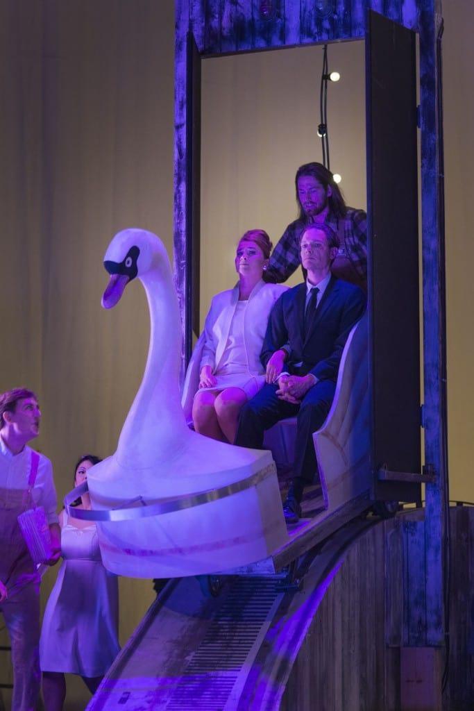 Figaros Bryllup henlagt i et tivoli med sejlende svaner. Pressefotos: Miklos Szabo.