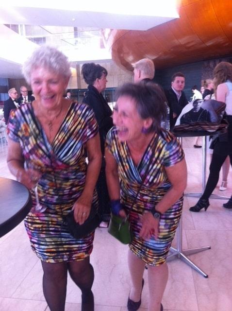 Lane Lind og Pia Rosenbaum i samme kjoler i foyeren.