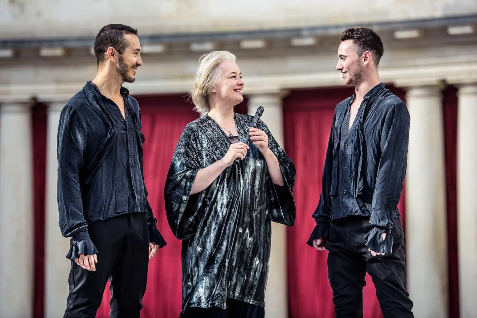 Michala Petri og to dansere. Foto: Søren Meisner.