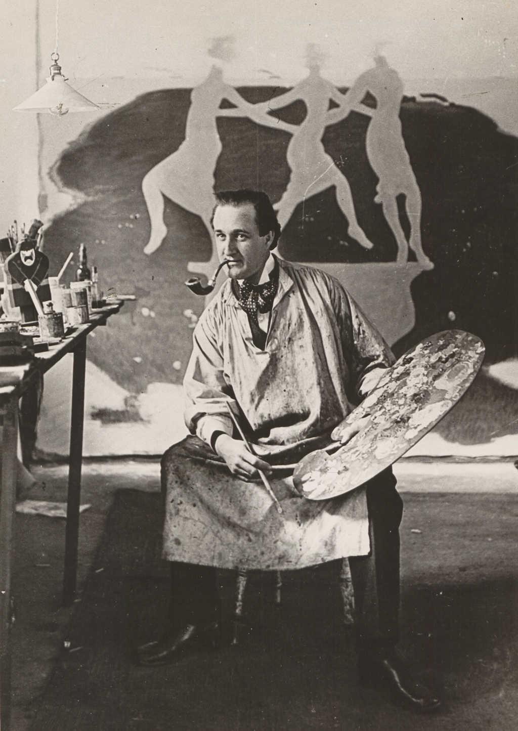 Foto af Stom P. med et Matisse-lignende billede i baggrunden.