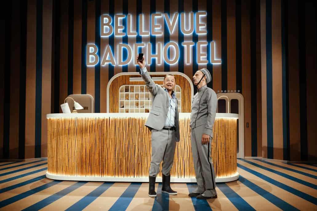 Bellevue Badehotel. Strandvejsfarce på Bellevue Teatret.