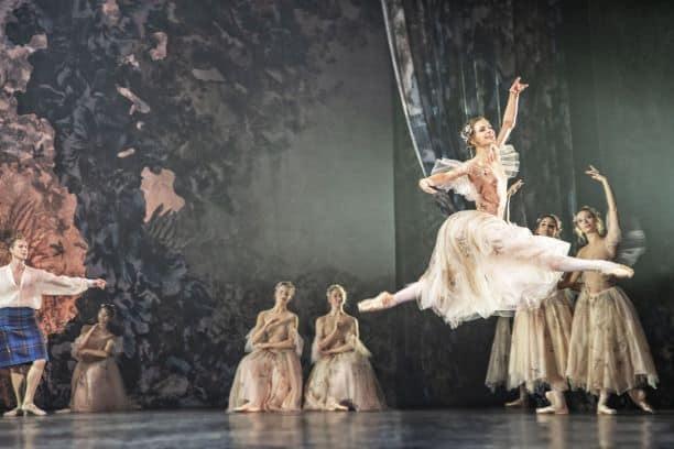 Oplev Det Kongelige Teaters forestillinger hjemmefra  til 0 kr via streaming.